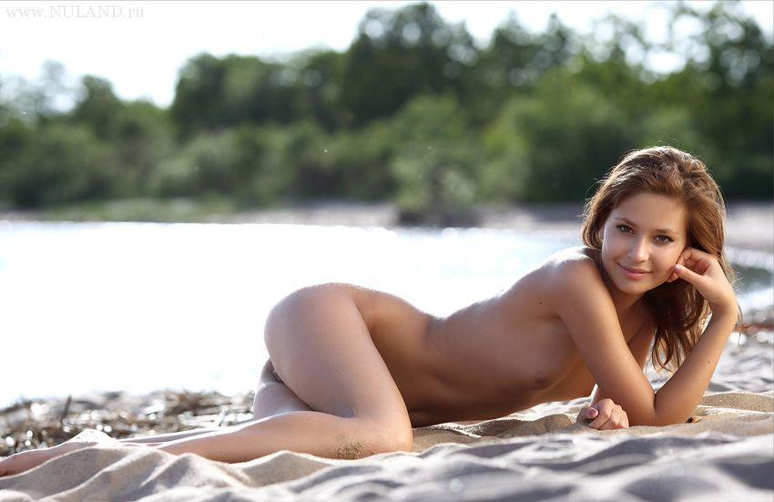 ню фото на пляже