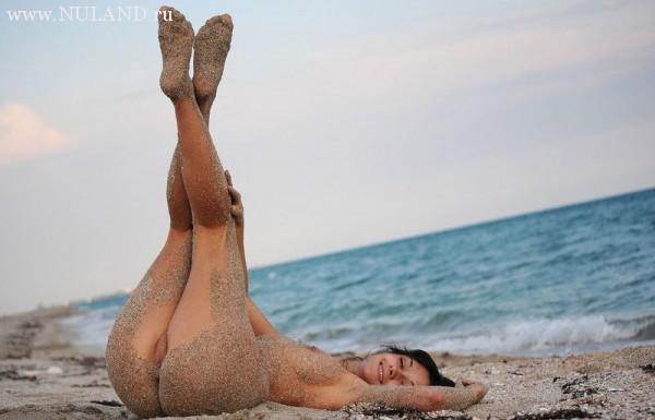 запачкала письку в песке