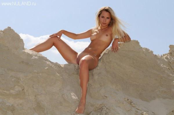 zhenskaya kiska v peske (7)