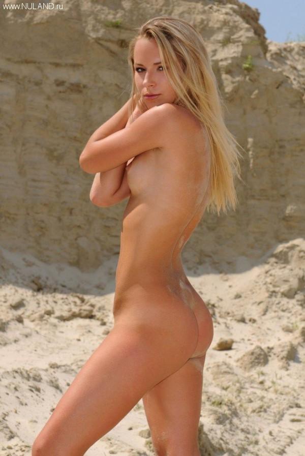 zhenskaya kiska v peske (9)